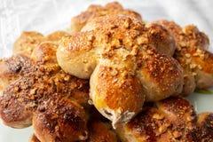 Petits pains faits maison fraîchement cuits au four avec l'écrimage d'écrou Pâte de cacao Gâteaux faits maison savoureux et appét image stock