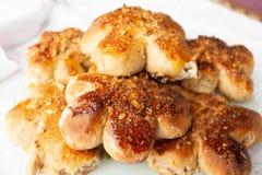 Petits pains faits maison fraîchement cuits au four avec l'écrimage d'écrou Pâte de cacao Gâteaux faits maison savoureux et appét photo libre de droits
