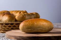 Petits pains faits maison frais de pain d'hamburger sur le fond en bois foncé images stock