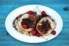 Petits pains faits maison frais remplis de la confiture de fraise arrosez avec du cacao et le sucre Photographie stock libre de droits