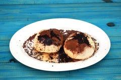 Petits pains faits maison frais remplis de la confiture de fraise arrosez avec du cacao et le sucre Image stock