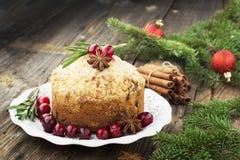 Petits pains faits maison parfumés avec des canneberges, des fruits glacés imbibés en eau-de-vie fine, des herbes et des épices s photo libre de droits