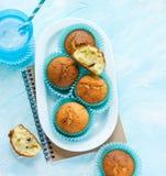 Petits pains faits maison pour le dessert avec la boisson sur un fond bleu Photos stock
