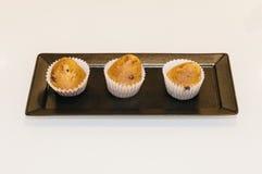 Petits pains faits par maison d'isolement sur une table Image stock