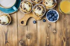 Petits pains fraîchement cuits au four avec la myrtille sur la table photographie stock libre de droits