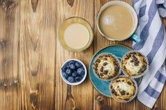 Petits pains fraîchement cuits au four avec la myrtille sur la table images stock