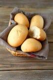 Petits pains frais dans un panier en osier Image stock