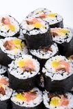Petits pains frais de maki de sushi d'isolement sur le backgroun blanc Photos stock