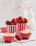 Petits pains, fraises et lait délicieux dans des bouteilles Image libre de droits