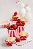 Petits pains, fraises et lait délicieux dans des bouteilles Photographie stock