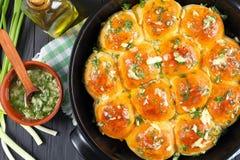Petits pains mous bruns d'or fraîchement cuits au four images stock