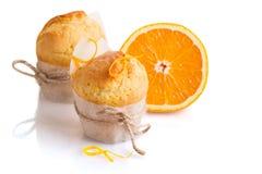 Petits pains oranges nouvellement fabriqués sur le blanc Photos libres de droits