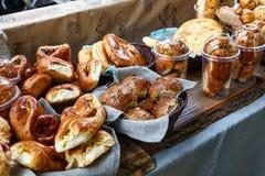 Petits pains ou petits pains de pain doux fraîchement cuits au four au marché Photo stock