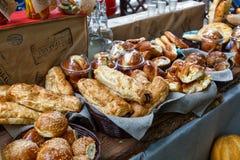 Petits pains ou petits pains de pain doux fraîchement cuits au four au marché Images stock