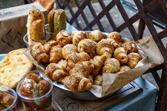 Petits pains ou petits pains de pain doux fraîchement cuits au four au marché Images libres de droits