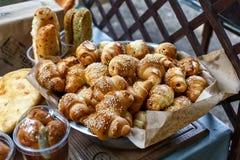 Petits pains ou petits pains de pain doux fraîchement cuits au four au marché Image stock