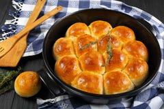 Petits pains pelucheux délicieux fraîchement cuits au four de dîner image stock