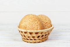 Petits pains ronds avec des graines Pain dans le panier Petits pains de pain fraîchement cuits au four avec la graine Photo libre de droits