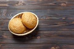 Petits pains ronds avec des graines Pain dans le panier Petits pains de pain fraîchement cuits au four avec la graine Photos stock