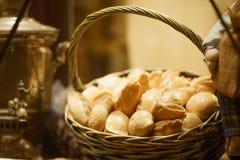 Petits pains russes dans un panier sur la table photographie stock