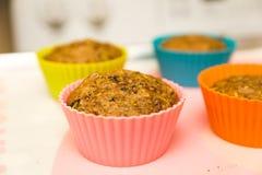 Petits pains sains dans des tasses colorées Image stock