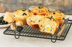 Petits pains savoureux avec des olives et des herbes sur une grille sur un s blanc Photos libres de droits