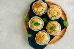 Petits pains savoureux avec du feta et des épinards d'un plat en bois dessus Photographie stock libre de droits