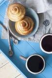 Petits pains savoureux avec la confiture et deux tasses de thé sur un backgro en bois bleu Photographie stock libre de droits