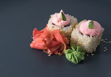 Petits pains savoureux avec le wasabi et gingembre en sésame Photographie stock