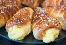 Petits pains savoureux doux avec le remplissage de pudding photo stock