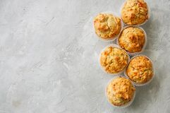 Petits pains savoureux faits maison avec les poissons et le fromage sur un Ba en pierre blanc Photo libre de droits
