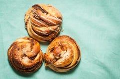 Petits pains suédois traditionnels de cannelle et de cardamon Un s très populaire Photographie stock libre de droits