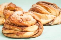 Petits pains suédois traditionnels de cannelle et de cardamon Un s très populaire Photos stock