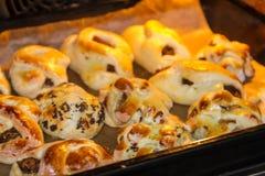 Petits pains sur une plaque de cuisson pour Pâques Photos libres de droits