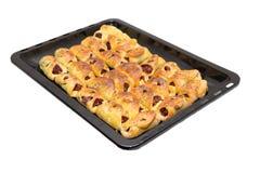 Petits pains sur une plaque de cuisson sur un fond blanc Images libres de droits