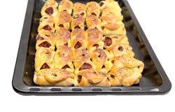 Petits pains sur une plaque de cuisson sur un fond blanc Photo libre de droits
