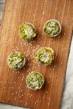 Petits pains végétariens faits maison avec du fromage bleu et des épinards Images libres de droits