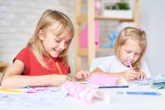 Petits participants de classe de dessin photos libres de droits