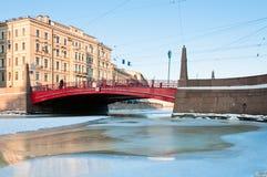 Petits passerelle et canal rouges Photo stock