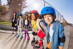 Petits patineurs heureux de rouleau ayant l'amusement dehors Photo libre de droits