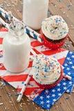 Petits petits gâteaux avec le givrage Photographie stock libre de droits