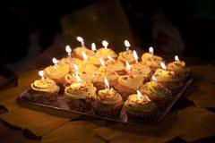 Petits petits gâteaux d'anniversaire avec de la crème jaune Image libre de droits