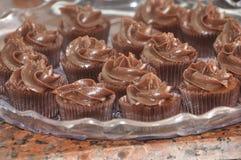 Petits petits gâteaux de chocolat sur un ServingPlatter Photos libres de droits