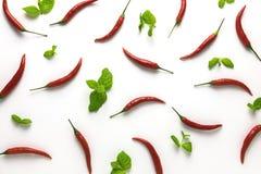 Petits poivrons de piment d'un rouge ardent et modèle en bon état de vert sur le fond blanc Vue supérieure Configuration plate Image stock