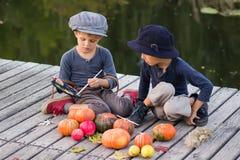 Petits potirons de Halloween d'heureuse peinture d'enfants Photographie stock