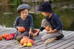 Petits potirons de Halloween de peinture gentille d'enfants Photographie stock libre de droits