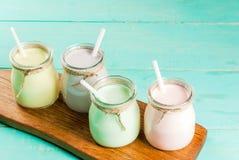 Petits pots avec le smoothie ou le milkshake photos libres de droits