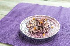Petits poulpes décorés du caviar rouge Images stock
