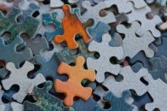 Petits puzzles de papier coloré dans un tas image libre de droits