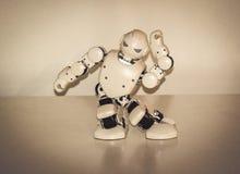 Petits robots de cyborg, humanoïdes avec le visage et danses de corps en musique Image libre de droits